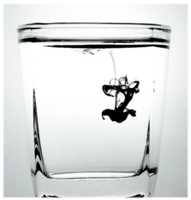 Inkt in glas water